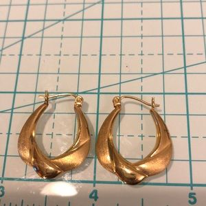 ☀️10kt yellow gold hoops ☀️